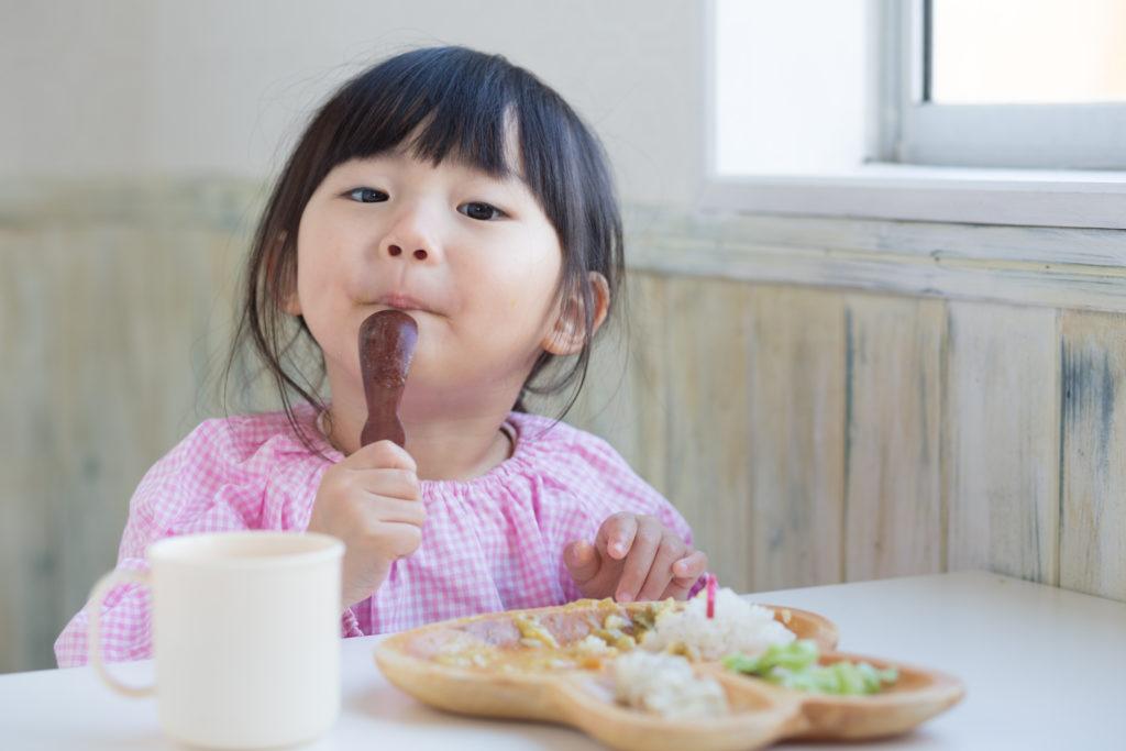 Sữa cho trẻ biếng ăn cần bổ sung Vitamin B, Kẽm và Lysin để kích thích bé ngon miệng hơn