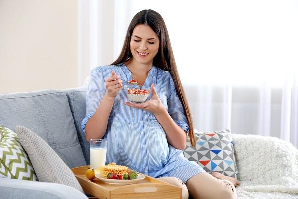 Ngoài việc biết khi nào nên uống sữa bầu, mẹ bổ sung với dinh dưỡng khác để có thai kì khỏe mạnh