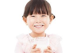 Vì sao nên cho bé uống sữa vào ban đêm?