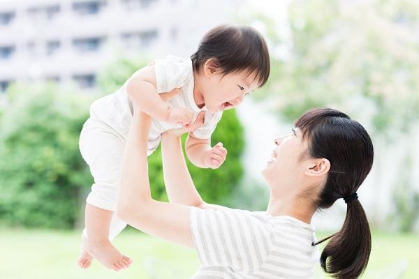 Bố mẹ phải cẩn trọng việc lựa chọn sữa nào tốt cho bé và chăm sóc bé nữa nhé!